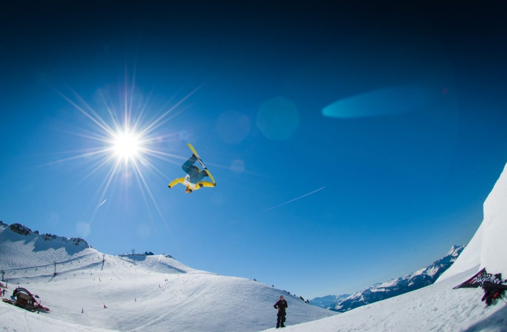 A snowboarder who could be using the Akaso EK7000 to record his jump if he wanted.